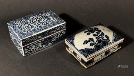 CHINE. Deux BOÎTES en porcelaine à décor floral bleu blanc. L