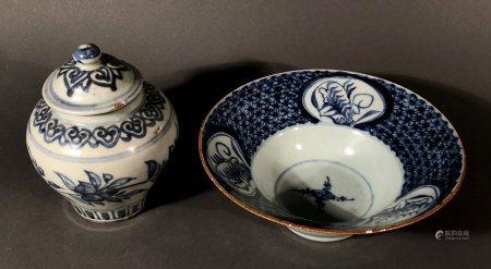 CHINE. Lot en porcelaine à décor bleu blanc comprenant un pet