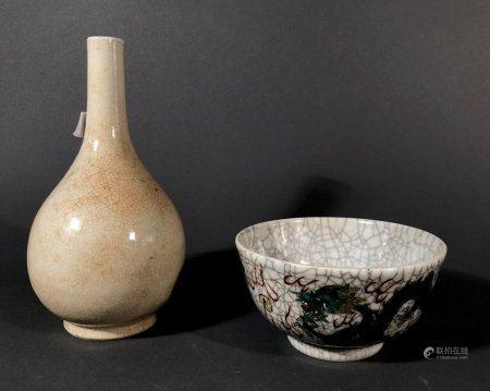 CHINE. Lot en porcelaine craquelée comprenat un VASE bouteill