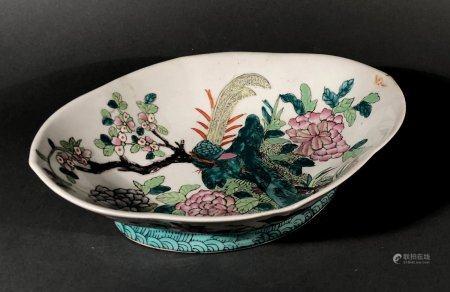 CHINE. COUPE quadrilobée sur talon, en porcelaine à décor pol