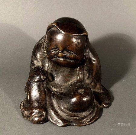 ASIE. MOINE bedonnant en position de délassement, bronze à pa