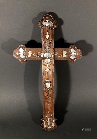 INDOCHINE. Croix catholique en bois incrusté de nacre burgoté