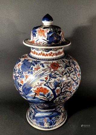 CHINE. POTICHE couverte de forme balustre en porcelaine à déc