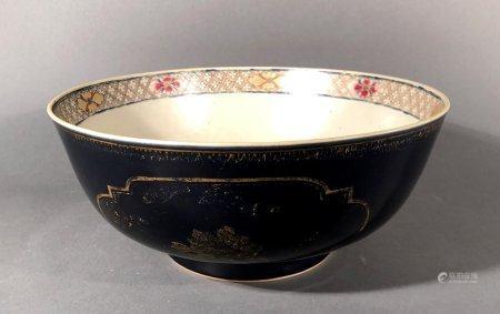 CHINE. Grande COUPE en porcelaine à décor floral doré dans de
