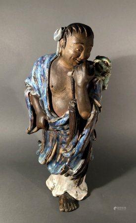 CHINE. SUJET en céramique partiellement à couverte bleue nuan