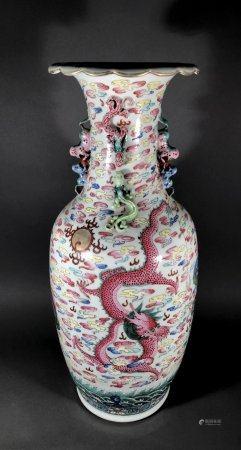 CHINE. VASE en porcelaine à décor en émaux de la Famille rose
