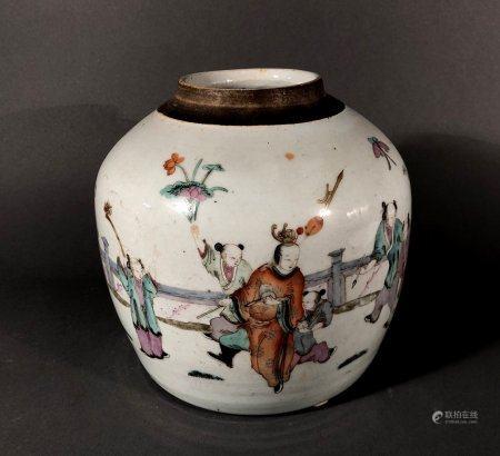 CHINE. POT à GINGEMBRE en porcelaine à décor polychrome de di