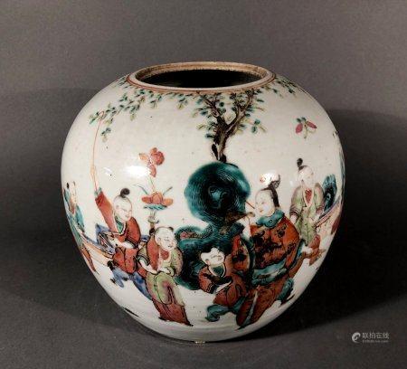 CHINE. POT à GINGEMBRE en porcelaine à décor polychrome d'enf
