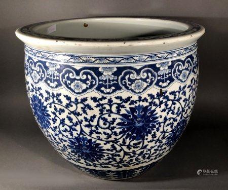 CHINE. CACHE-POT en porcelaine à décor bleu blanc de rinceaux