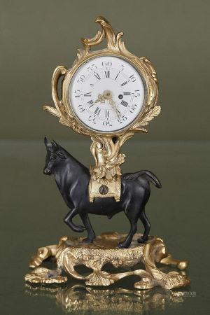 Pendule au taureau  En bronze à patine noire et doré, le taureau supportant un [...]