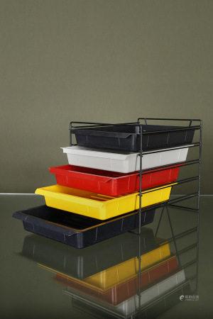 Charlotte Perriand (1903-1999)  - 5 casiers et leur structure métallique [...]
