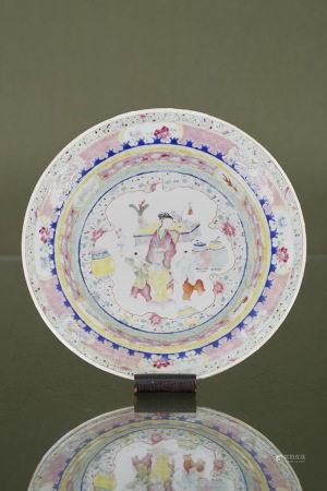 Chine  - Assiette  En porcelaine à décor émaillé polychrome de la famille [...]
