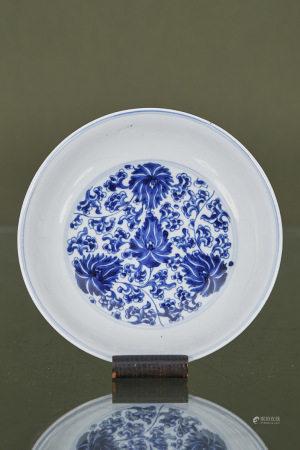 Chine  - Assiette  En porcelaine émaillée bleu et blanc à décor floral XIXe [...]