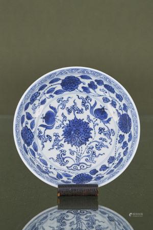 Chine  - Assiette  En porcelaine émaillée bleu et blanc à décor floral Marque [...]
