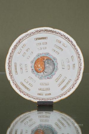 Chine  - Coupe  En porcelaine émaillée polychrome à décor en médaillon central [...]