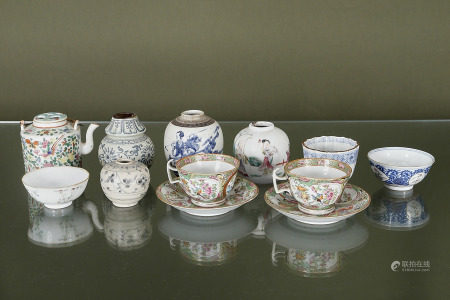 Chine  - Ensemble de 10 pièces en porcelaine  > 1 paire de tasses et sous-tasses > 3 [...]