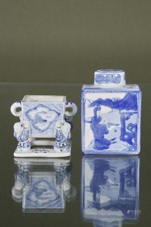 Chine  - Boîte à thé et coupe  En porcelaine émaillée bleu et blanc  Boîte à [...]