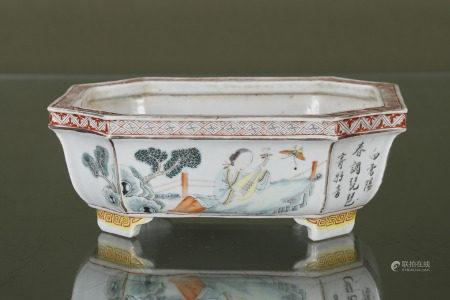 Chine  - Jardinière octogonale  En porcelaine émaillée polychrome reposant sur [...]