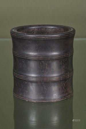 Chine  - Bitong  En bois sombre sculpté et annelé  Fin du XIXe siècle H. 18 cm D. [...]