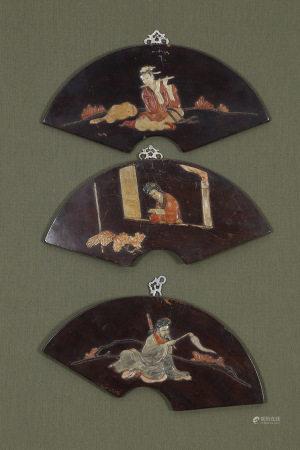 Chine  - Trois panneaux  En forme d'éventail en bois marqueté de pierres dures [...]