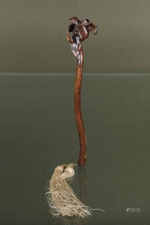 Chine  - Sceptre ruyi  En bois clair finement sculpté d'une fleur épanouie Fin du [...]