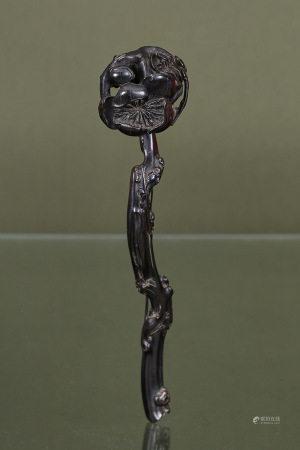 Chine  - Sceptre ruyi  En bois sombre finement sculpté d'une fleur épanouie  Fin [...]
