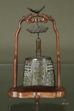 Chine  - Cloche  En bronze de style archaïque, suspendue à une chauve-souris et un [...]