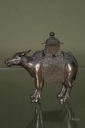 Chine  - Brûle-parfum buffle  En bronze à patine brune  Fin du XIXe - début du XXe [...]