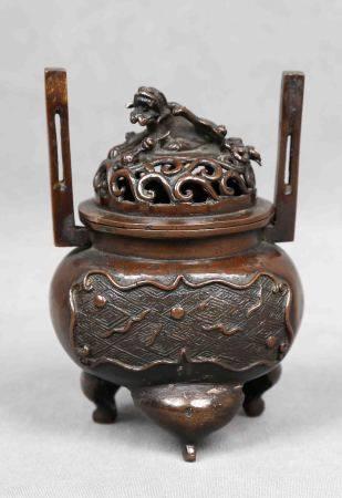 Recipiente chino. Época 1900. En bronce, con asas y decoración de león foo en la [...]