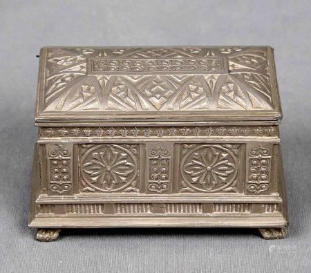 Caja estilo Art Decó, años 1930-1950. En plateado, y decorada con motivos [...]