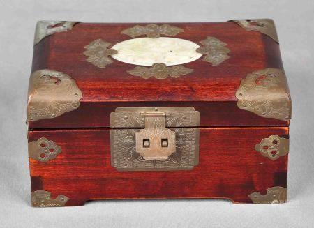 Joyero chino. En madera, con decoraciones en jade y latón. Interior con varios [...]