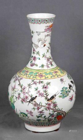 Jarrón de boca alargada. En porcelana china, familia verde, decorado con motivos [...]