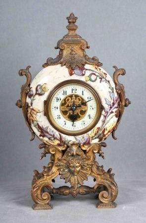 Reloj Napoleón III. En cerámica esmaltada, con decoraciones florales de acantos y [...]