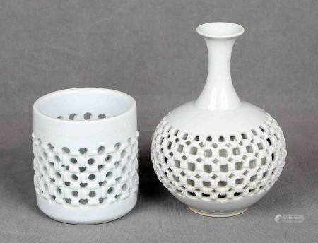 Pareja de jarrones coreanos. En porcelana blanca lechosa celadón. Marcas en la base. [...]