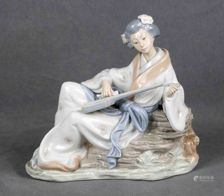 """NAO. """"Geisha con instrumento musical"""".  Figura en porcelana española NAO, [...]"""