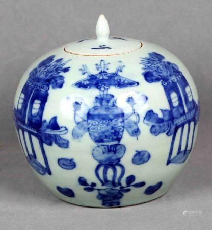 Tibor chino, época 1950. En porcelana blanca con decoraciones en azul. Alt.: 22,5 cm.  -