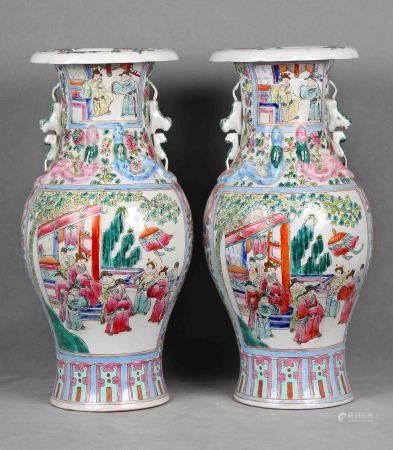 Pareja de jarrones chinos, años 1930-1950. En porcelana, familia rosa, decorados con [...]