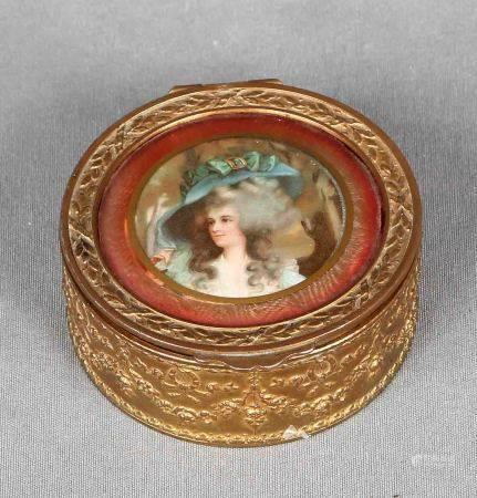 Caja francesa, época 1900. En dorado, decorada con miniatura pintada sobre papel. [...]