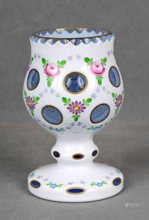 Copa, años 1900-1920.  En cristal tallado de Bohemia, con motivos florales pintados [...]