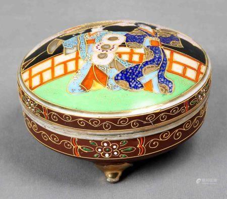 Caja japonesa. En porcelana SATSUMA, con decoración de escenas y motivos florales en [...]