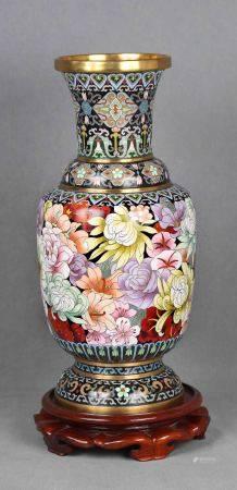 Jarrón chino. En bronce y cloisonné, con decoración floral, sobre peana de madera. [...]