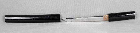 Tanto japonés, años 50. En acero, con funda en madera lacada en negro. Long.: 35 cm.  -