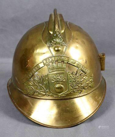 Casco de bomberos. Francia, finales S.XIX. En dorado. Med.: 19,5x26,5x20,5 cm.   -
