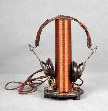 Radio de galena, años 1900-1930. Con bobina y auriculares. Alt.: 22,5 cm. Diám.: [...]