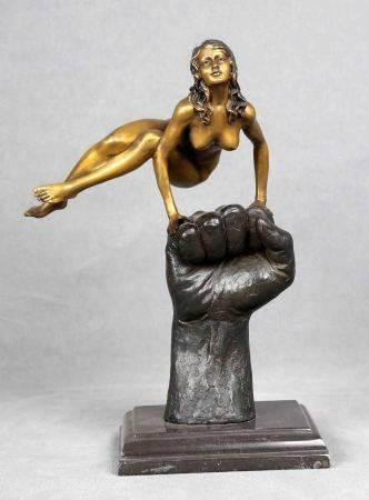 "ILEGIBLE. ""Mujer acróbata sobre puño masculino"".  Figura en bronce, sobre base [...]"