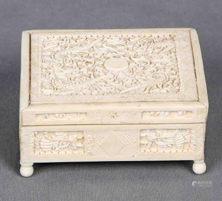 Caja china, S.XIX-XX. En marfil tallado, con decoración de dragones. Med.: 5x10,5x8 [...]