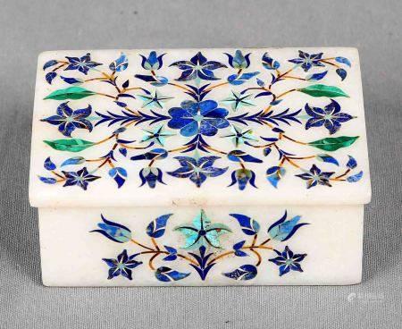 Caja florentina. En mármol, decorada con incrustaciones de lapislázuli y motivos [...]