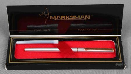 Pluma estilográfica, de la marca MARKSMAN, años 60. En plateado y dorado. En su [...]
