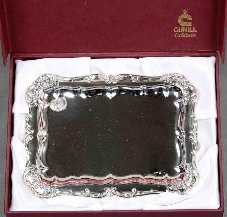 Bandeja para arras. En plata de la firma CUNILL, con ala irregular y decoración de [...]
