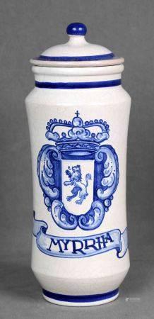 TALAVERA. Albarelo de farmacia. En porcelana española de TALAVERA, policromada y [...]